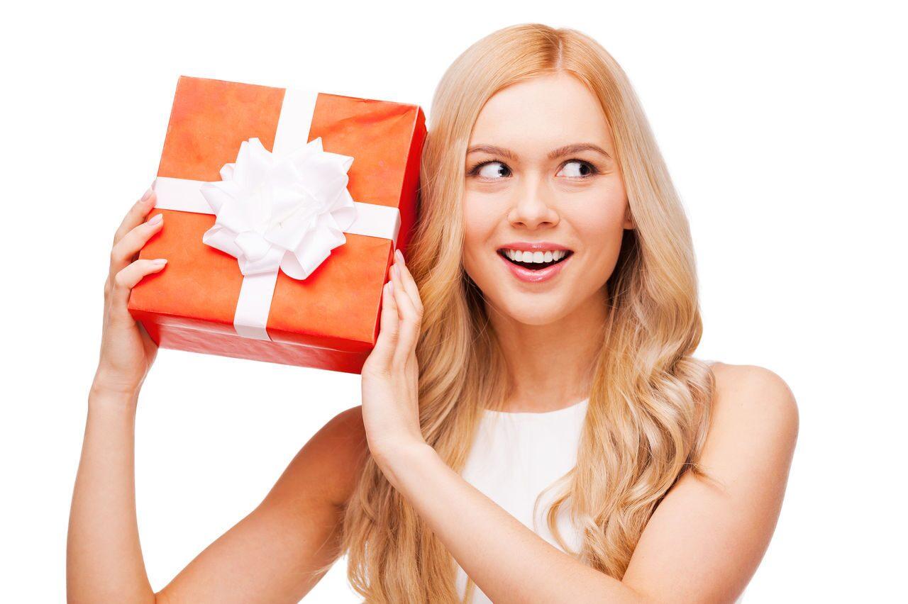 Девушка с подарком в руках